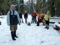 Doganiamy grupę odpoczywającą w lesie
