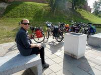 Podczas gdy my beztrosko zwiedzaliśmy WAWEL i okolice, ANDRZEJ ofiarnie pilnował naszych rowerów... :-)