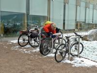 Henio zabezpiecza rowery