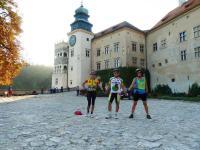 OTO MY: RENIA, HENRYCZEK I JA na dziedzińcu zamku w pieskowej Skale