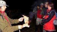 palenie kory brzozy - foto z lampą